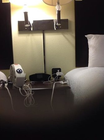 Hampton Inn Jacksonville-I-295 East/Baymeadows: night stand power strip