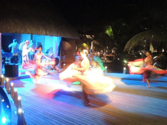 Trou aux Biches Beachcomber Golf Resort & Spa : Evening entertainment at one of the bars by the main pool