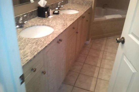 WorldQuest Orlando Resort : Main Bathroom