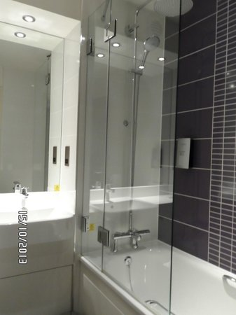 Premier Inn Bedford South (A421) Hotel: new bathroom style