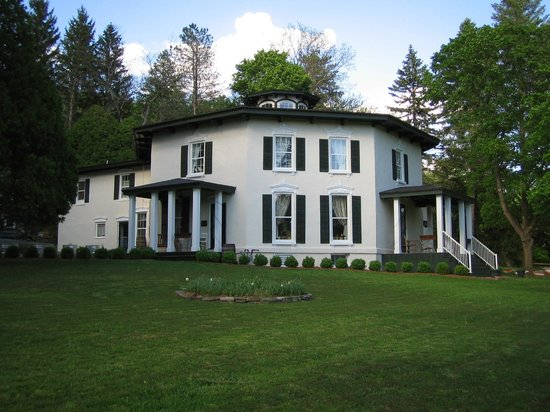 The Black Sheep Inn: Black Sheep Inn in an 1859 Octagon House