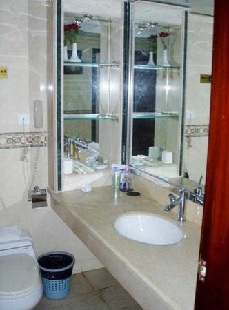 Moon Hotel: bathroom