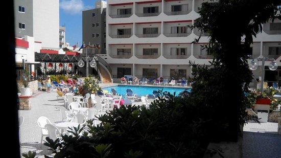 Blue Sea San Anton: Interno con piscina e vista camere