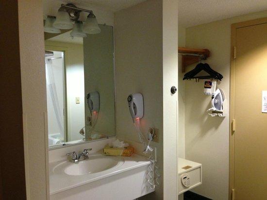 Best Western Airport Inn: Nuestra habitación y parte del baño