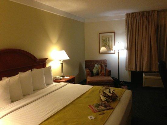 Best Western Airport Inn: Nuestra habitación y la cama enorme