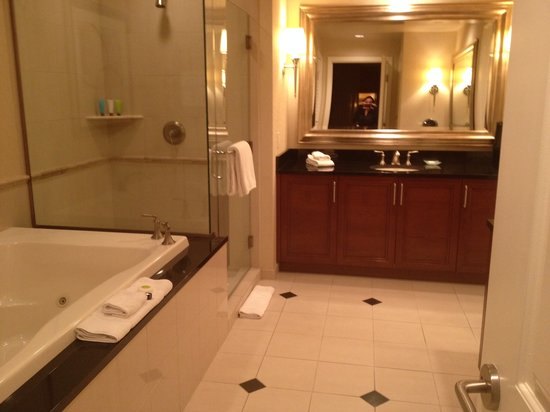 Signature at MGM Grand: Gorgeous bathroom with spa tub