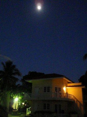 Cubanacan Comodoro: The bungalows at night