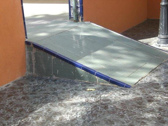 Ohtels Villa Dorada: ramp in front of hotel