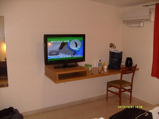 Motel A.C.A. Cipolletti: TV bueno y moderno en el dormitorio