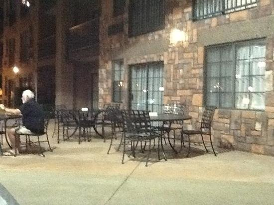 Days Inn & Suites Page Lake Powell : Outside sitting area