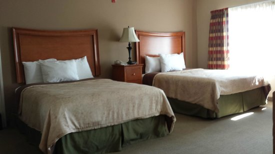 Country Inn & Suites By Carlson, San Bernardino (Redlands): Kitchenette with two queen-size beds, room 205