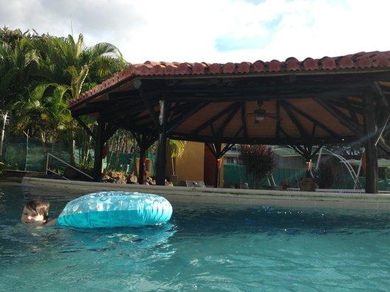 The Oaks Tamarindo: Swim up bar for entertaining at large pool