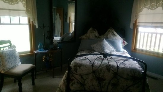 Blue Heron Inn: Facing the bed in the Blue Bird Room