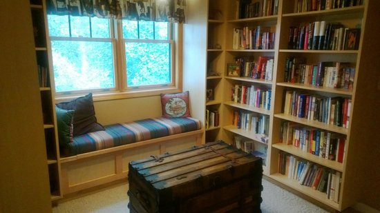 Blue Heron Inn: The library nook on the second floor landing