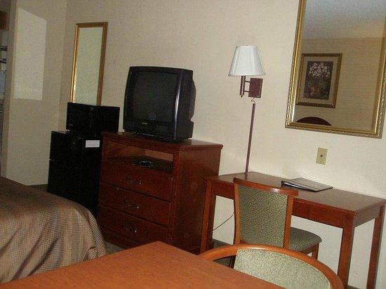 Econo Lodge Hillsboro: Microwave, Fridge, TV & Desk