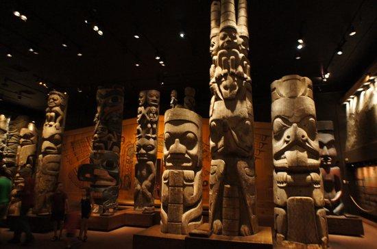 Real Museo BC: トーテムポールの展示