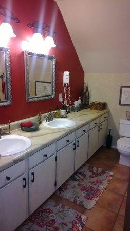Cali Cochitta Bed & Breakfast: The bathroom for the Suite Cochitta