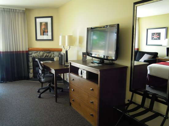 Best Western Tin Wis Resort: Well equipped with flatscreen TV and desk