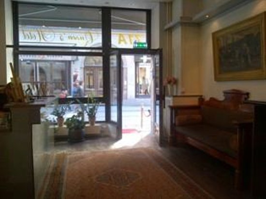 Queen's Hotel : front lobby and street outside