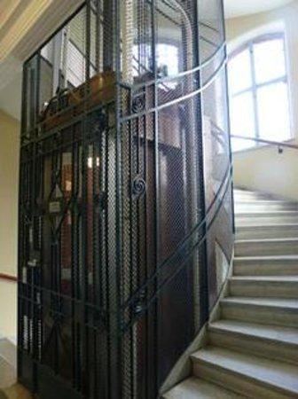 Queen's Hotel: nice lifts