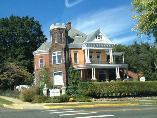 1890 Williams House Inn: B & B