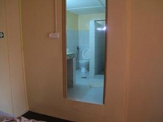 Holiday View Inn Taman Negara : bathroom a foot higher up