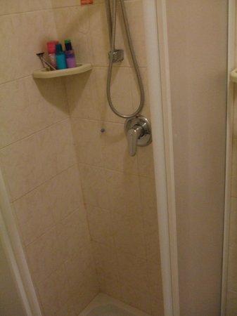 Hotel Palazzo dei Priori: Small shower
