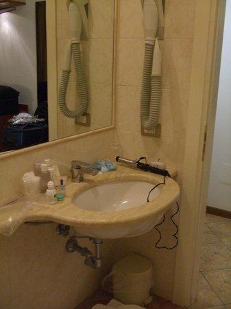 Hotel Palazzo dei Priori: Very small sink area