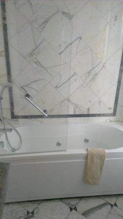 Hotel Eiffel Trocadero: Bathtub with jacuzzi