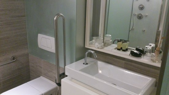 The Charterhouse Causeway Bay Hotel: Bathroom in S Signature Room