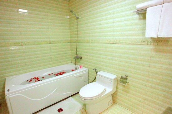 Hanoi Golden 3 Hotel : Deluxe Seaview Bathroom