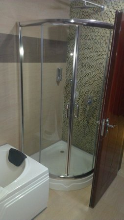 Tiffany Diamond Hotel & Spa: Shower area