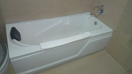Tiffany Diamond Hotel & Spa: Bathtub in toilet 2
