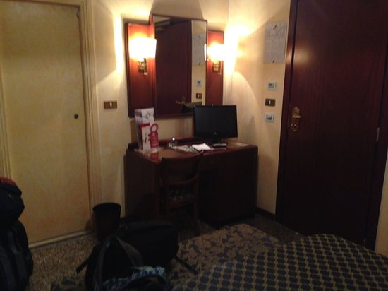 Hotel Nord Nuova Roma: Dresser area