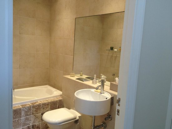 Bogee, Australia: Another lovely marble bathroom.