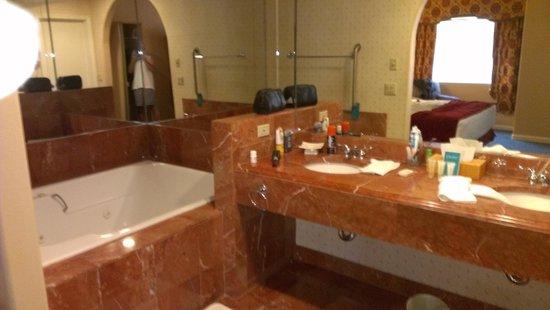 Legacy Golf Resort: main bathroom off bedroom