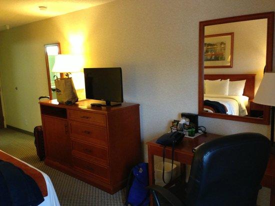 Comfort Inn & Suites: Plenty of mirrors