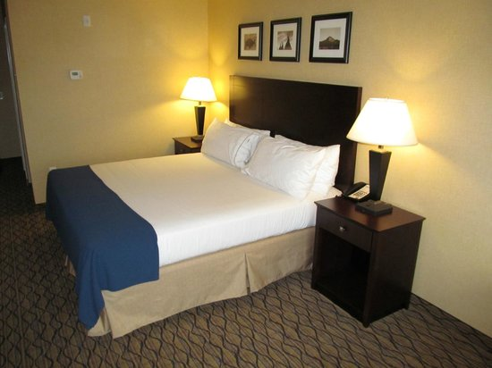 Holiday Inn Express and Suites Browning : room with bed