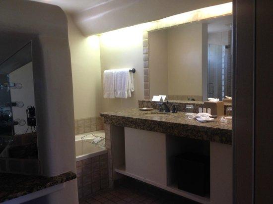 Boulders Resort & Spa, Curio Collection by Hilton : Bathroom