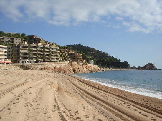 Hotel GHT Oasis Tossa & SPA: Beach inTossa