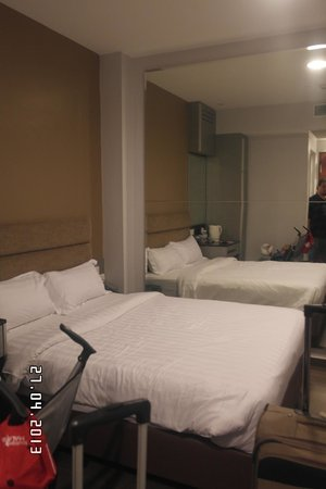 Fragrance Hotel - Bugis: Small room with full wall mirror