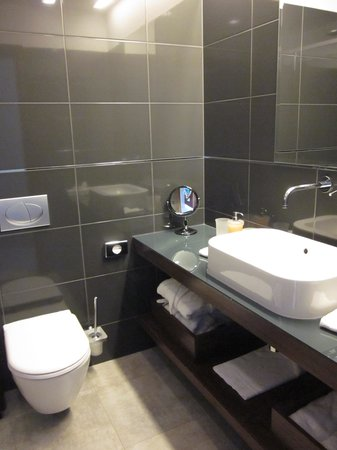 Hotel Marmont: spacious bathroom