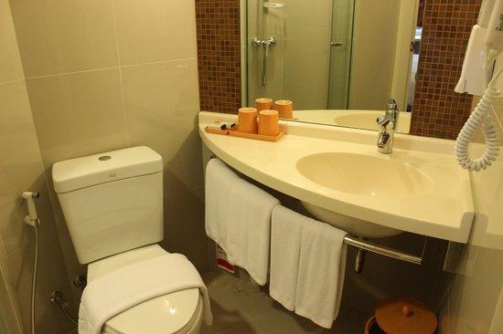 Ibis Bangkok Siam : Sink very close to toilet