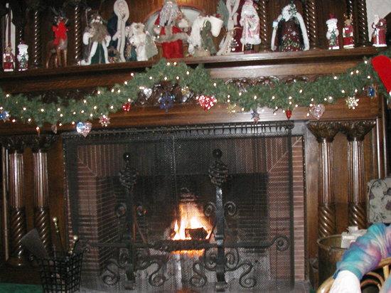 Stonehurst Manor: beautiful fireplace