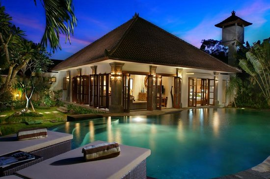 Simba Villas Seminyak: Pool and garden