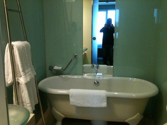 Le Méridien Hamburg: Bathroom