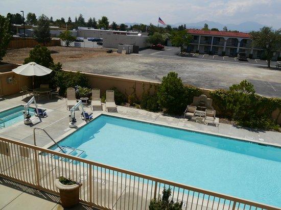 Hampton Inn & Suites Redding: Blick auf den Pool