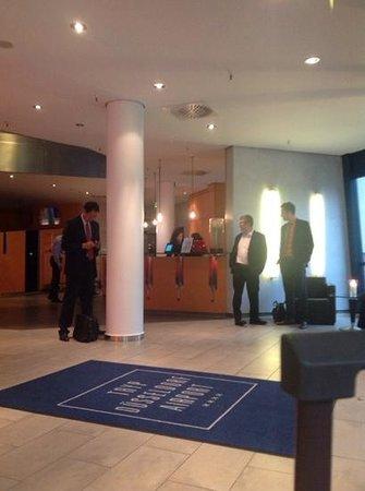 Tryp Duesseldorf Airport Hotel: Entrada y recepcion