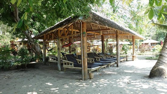 Two Fish Divers Bunaken: Relax area with hammocks and benches