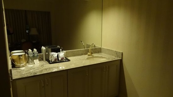 Mayflower Park Hotel: Wet bar with refrigerator and coffeemaker.